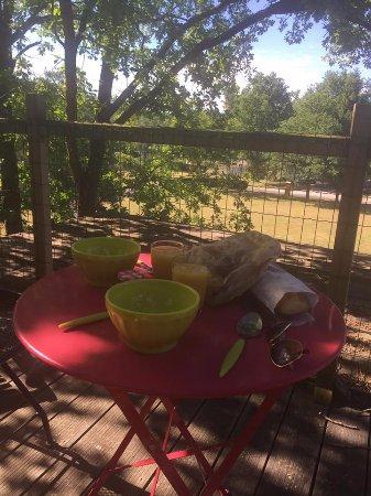Fere-en-Tardenois, France: terrasse petit dejeuner