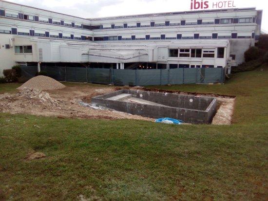 magnifique piscine propos e en publicit sur le site photo de hotel ibis site du futuroscope. Black Bedroom Furniture Sets. Home Design Ideas