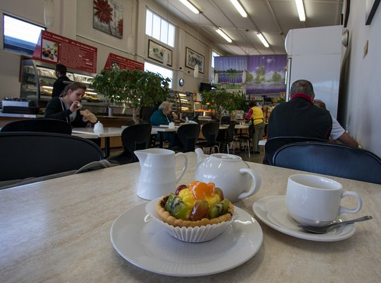 Helensville, Yeni Zelanda: Big fruit pie (much bigger than this wide angle shot suggests) and Earl Grey tea $6.50,