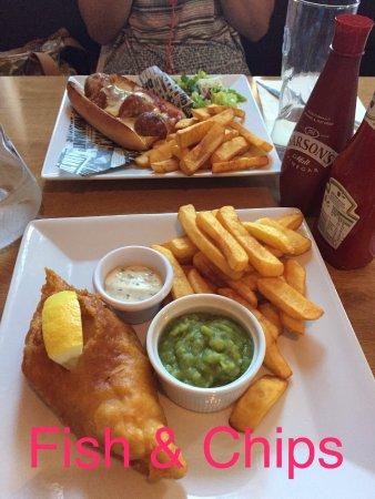 Le Lude, Francia: Le fameux fish&chips et le sub aux boulettes (une sorte de sandwich hot dog avec des boulettes)