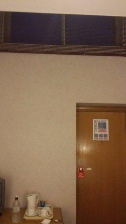 Charlwood, UK: A misera janela a 3 metros de altura. Boa para ver o barulho dos Aviões.