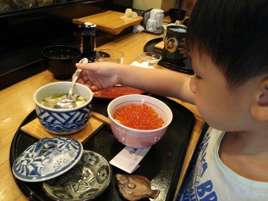 Hattazushi: Enjoying his chawanmushi & ikura-don. Yummy!