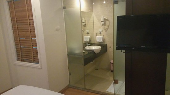 Rising Dragon Villa Hotel: View of the bathroom from the bed
