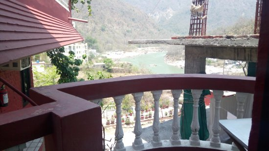 Nice Clean Rooms with a good rooftop view of Ganges