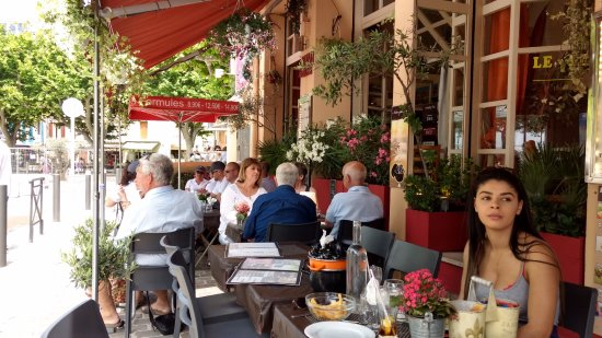 Le Perroquet: nice awnings