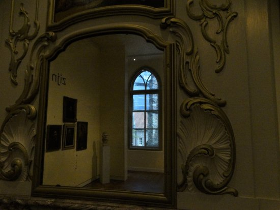 Museum Gouda: interieur en exterieur gezien in spiegel, foto onder alias Drager Meurtant