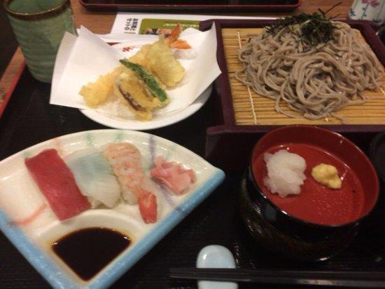 Omura, ญี่ปุ่น: そばと天ぷら寿司セット