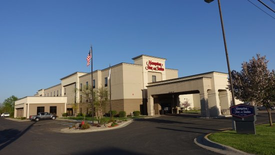 Hampton Inn and Suites Alexandria: Hotel Entrance