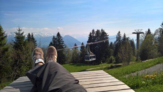 Rigi Kaltbad, Schweiz: Holzliege vorm Hotel mit Aussicht