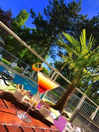 terrasse au bord de la piscine photo de novotel lyon nord porte de lyon dardilly tripadvisor. Black Bedroom Furniture Sets. Home Design Ideas