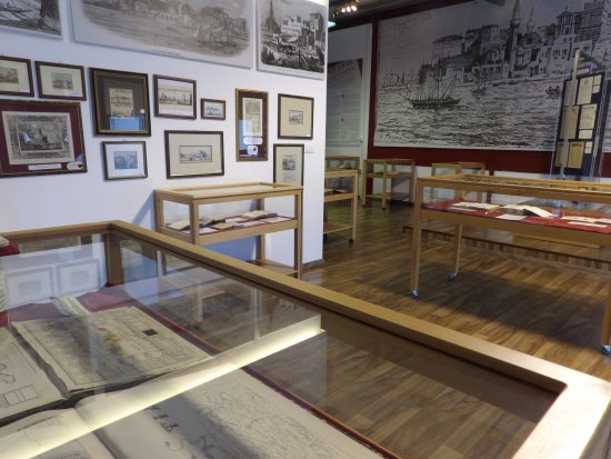 Souda, Grecia: The last hall of the museum presents rare editions and printed ephemera about the history of Cre