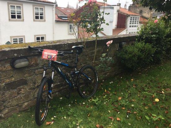 Hotel Bonaval: A nuestra llegada, dejando las bicis en el jardín.