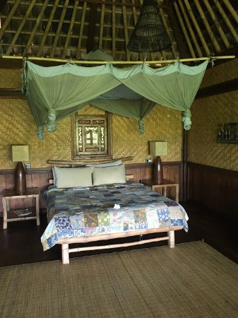Bali Eco Stay Bungalows: Double bed inside the Little Padi room.