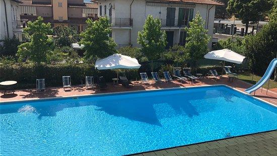 San Lorenzo in Campo, Italy: zicht op zwembad vanuit kamer