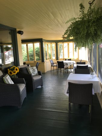 Fryeburg, ME: Wrapped around screened in porch is perfect for dining.