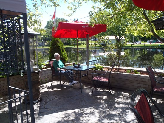 Napanee, Canada: Outdoor table near the river