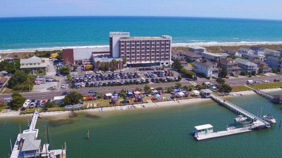 Blockade Runner Beach Resort: Soundside view with Atlantic Ocean behind