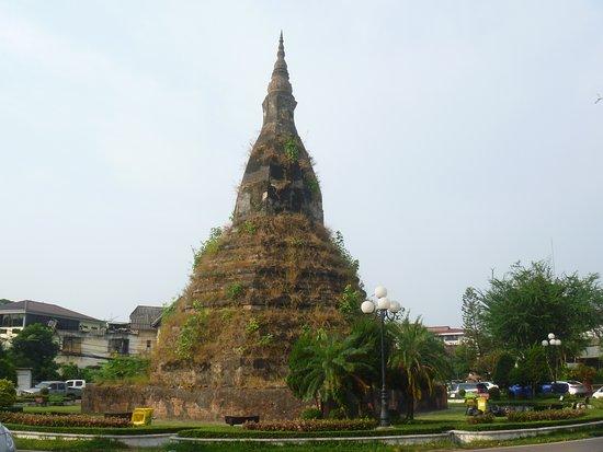Black Stupa (That Dam): 全景(朝)