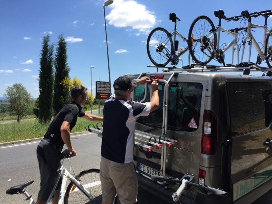 I Bike Tuscany : Marco and Chris loading up the van...very professional and well equipped!