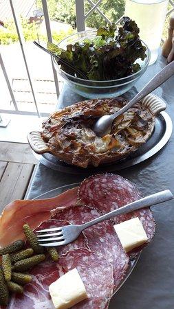 Corenc, France: plat générique du restaurant : charcuterie, gratin dauphinois, salade