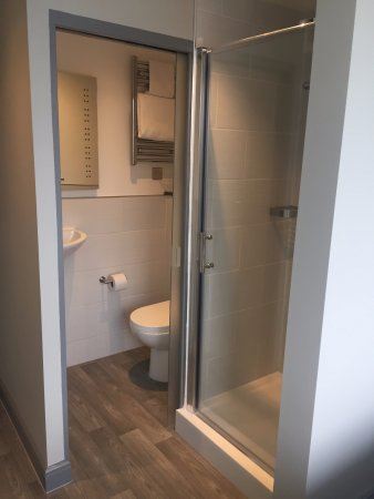 Newport Pagnell, UK: Refurbished double room en-suite bathroom