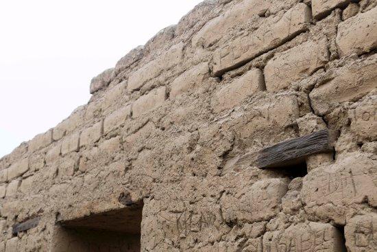 Paramonga, Perù: Restos de maderos que no han sufrido el ataque de los vándalos