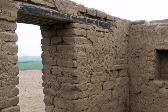 """Paramonga, Perù: No hay adobe que no haya sido """"grafitado"""" por vándalos. Irrecuperables..."""