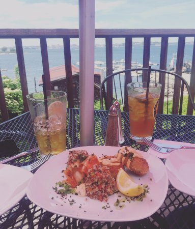Peaks Island, Мэн: A couple of dark & stormy cocktails, and a delicious crab cake appetizer