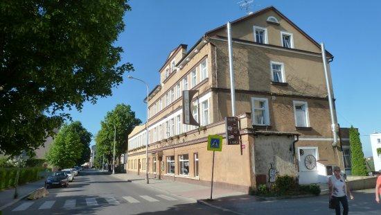 Turnov, Česká republika: Zimmer auf der Hofseite sind ruhiger, dort hört man nur die Eisenbahn.
