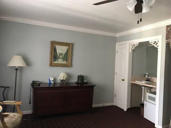Carmel Inn & Suites: photo1.jpg
