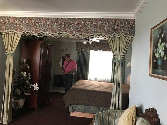 Carmel Inn & Suites: photo3.jpg