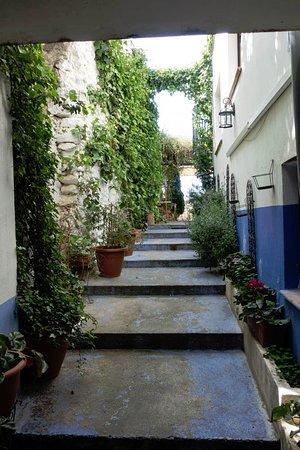 Hotel La Seguiriya: La Seguiriya. Walk way to terrace.