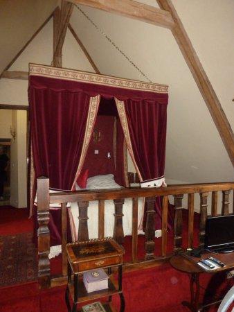 Manoir de la Hazaie: un lit alcôve très confortable