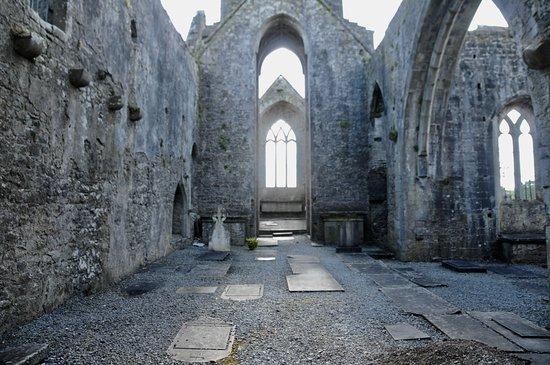 Quin, Irlanda: taken through the gated entrance