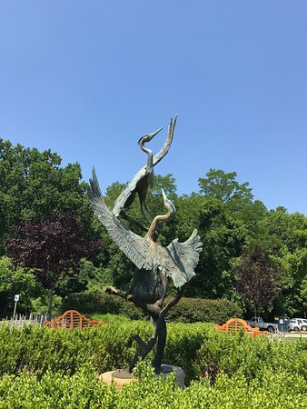 Quiet Waters Park: Sculpture outside visitor center