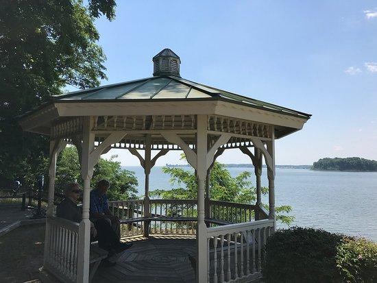 Quiet Waters Park: South promenade