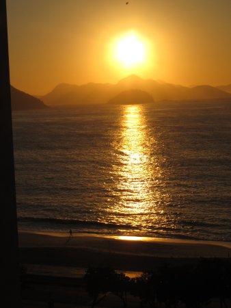 Rio Design Hotel: Amanhecer em Copacabana, visto da janela lateral do hotel.