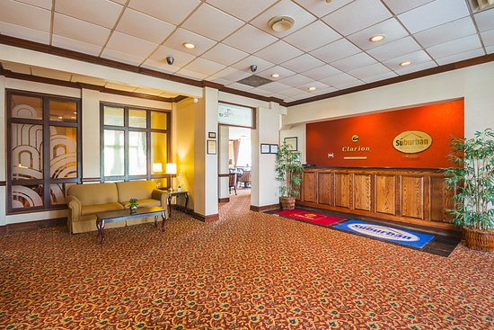 Clarion Inn: Lobby.  Warm and the Hub of the Hotel