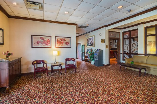 Clarion Inn: Lobby w/ Main Hall to Rooms and Franny's Lounge