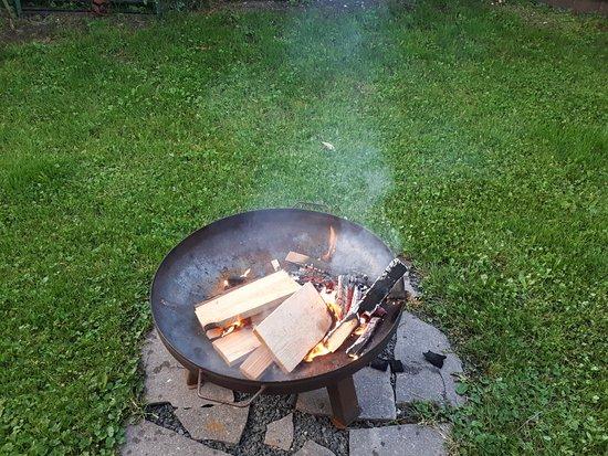 Айнринг, Германия: Lagerfeuer mit Drinks und Käseplatte