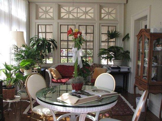 Hillcrest Manor Bed & Breakfast: Sunroom