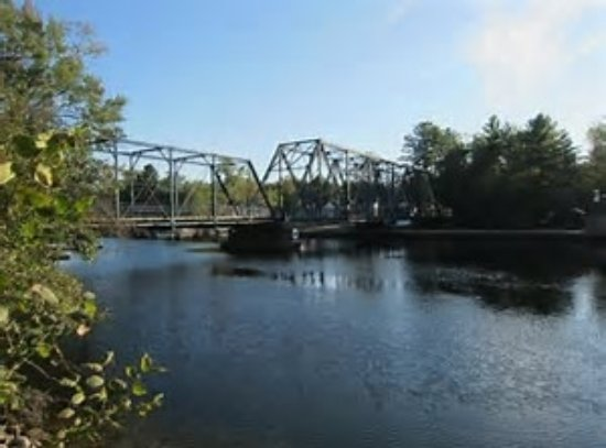 Severn Bridge, Canada: Blue Swing bridge along the Trent Severn Waterways