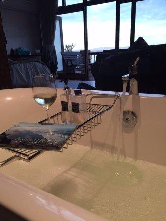 Shaloha Guesthouse on Supertubes : Vista da banheira do quarto!