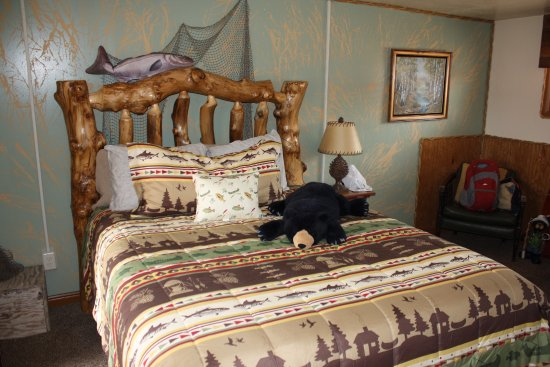 Cowboy Country Inn: Absolutely love the bear on our bed!