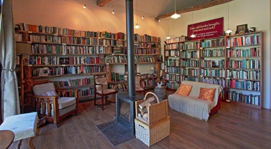Colombiès, France : Bibliothèque avec poële central