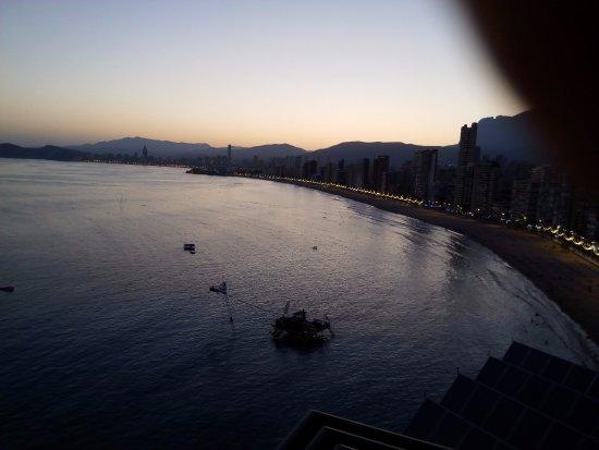 """Hotel Benikaktus: Vista de la Bahía al atardecer, sencillamente """"fascinante""""."""