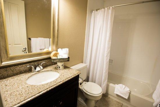 Prospector Hotel : Hotel Room Bathroom