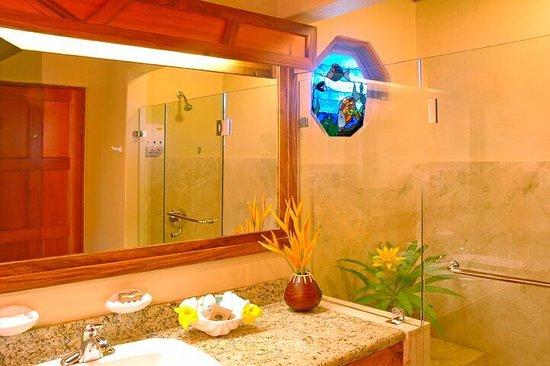 Hotel Si Como No: Baño de deluxe suite y honeymoon suite