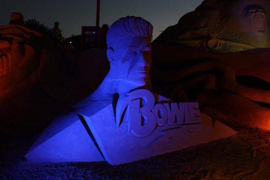 Pera, Portekiz: Bowie sculpture at night