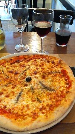 Pizza Napolitaine et quart de rouge en pichet